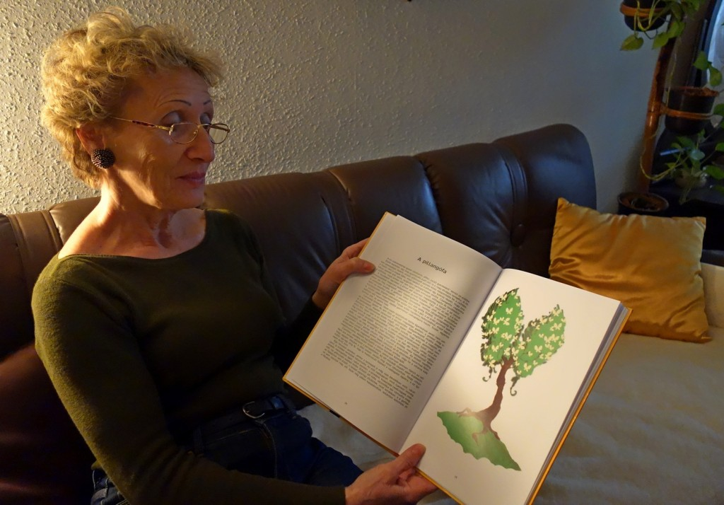A Pillangófa novella és illusztrációja a szerző kezében (Keglovich Tamás Milán munkája)